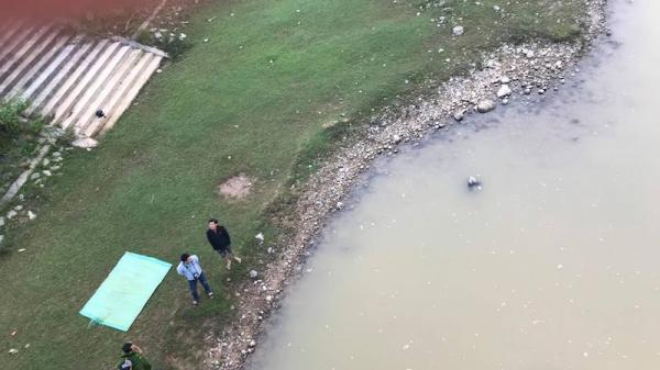 Tá hỏa phát hiện thi th ể nữ trôi sông, xe máy điện vẫn trên cầu