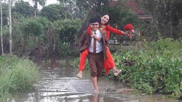 """Ấm áp hạnh phúc tình yêu với những tấm ảnh cưới """"dở khóc, dở cười"""" mùa mưa lũ"""