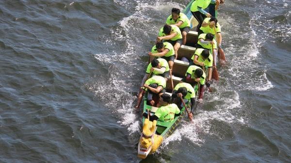 """Hàng trăm tay chèo tranh giải đua thuyền vô địch quốc gia 2019 trên """"dòng sông hoa lửa"""" Thạch Hãn"""