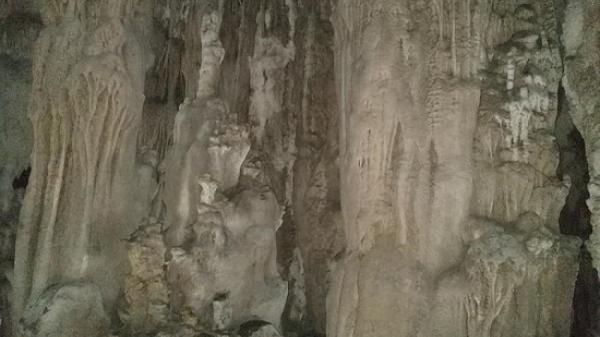 """Người dân phát hiện động """"Mê cung"""" với nhũ thạch tuyệt đẹp ở miền Tây Quảng Trị"""