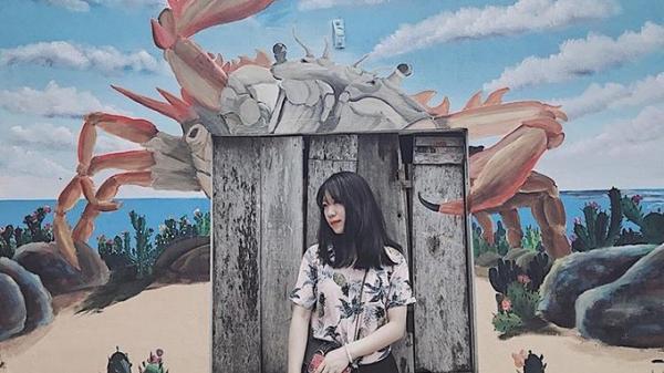 Du khách thích thú rủ nhau check-in làng bích họa ở Quảng Bình