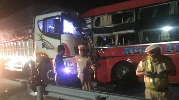 Xe khách đối đầu ôtô tải ở Đà Nẵng, 1 người ch ết, 12 người bị thương