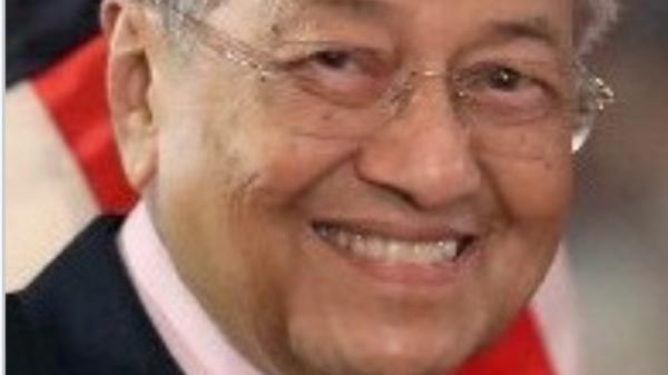 Hơn 100.000 lượt like với cảnh Thủ tướng Malaysia đưa vợ hẹn hò cuối tuần