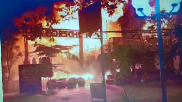 Nhà hàng b.ị bà hỏa thiêu r.ụi, hàng trăm chiến sĩ trắng đêm dập lửa