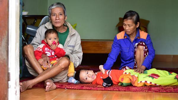 Ông bà tàn tật nuôi 2 cháu mồ côi ở Quảng Trị
