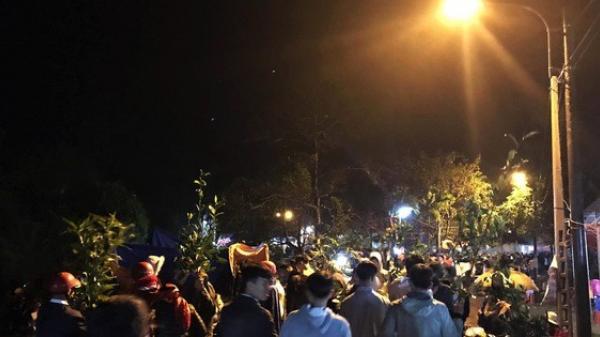 Quảng Trị: Hơn chục ngàn người đội mưa rét đi chợ lúc nửa đêm để cầu may