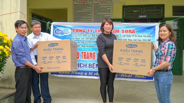 Cô giáo mầm non ở Cam Lộtặng 5.000 khẩu trang y tế cho học sinh và người dân