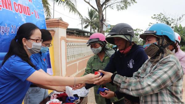 Vĩnh Linh: Phát khẩu trang và bánh xà phòng sát khuẩn miễn phí cho người dân