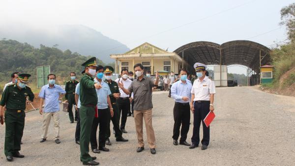 Khẩn trương dựng hai nhà bạt có quy mô đại đội để làm nơi cách ly tạm thời và kiểm dịch y tế tại khu vực Cửa khẩu quốc tế La lay