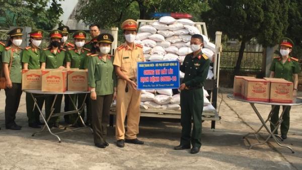 Công an thành phố Đông Hà tặng 1 tấn gạo cùng các nhu yếu phẩm cho khu vực cách ly