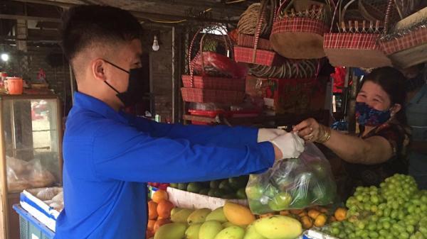 Đoàn viên đi chợ giúp dân trong mùa COVID-19