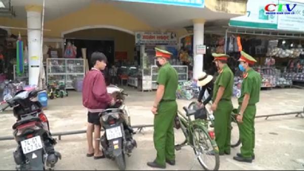 Quảng Trị: Lực lượng chức năng nhắc nhở và phát khẩu trang miễn phí cho người dân không đeo khẩu trang nơi công cộng