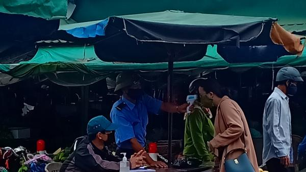 Chợ thị xã Quảng Trị lập các chốt kiểm tra thân nhiệt tất cả người dân ra vào chợ