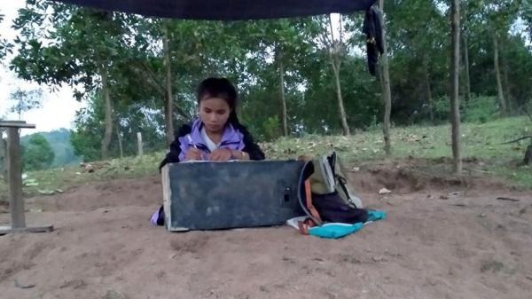 Nữ sinh Quảng Trị che bạt trên đồi, tìm sóng 3G để học trực tuyến
