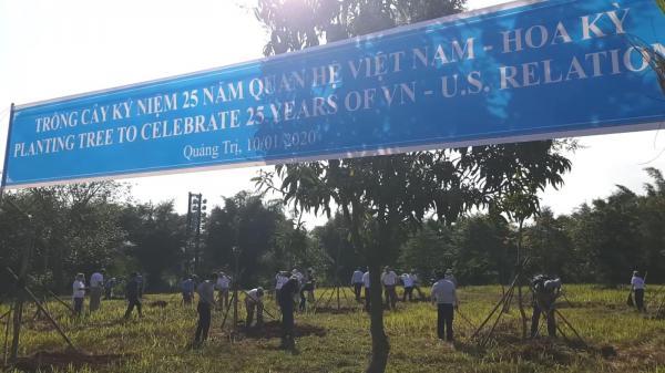 Cựu chiến binh Mỹ trồng cây hòa bình ở Hiền Lương - Bến Hải