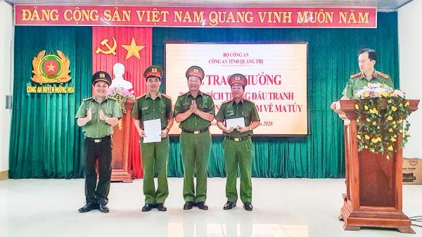 Thưởng nóng Công an huyện Hướng Hóa về thành tích đấu tranh với tội phạm ma túy