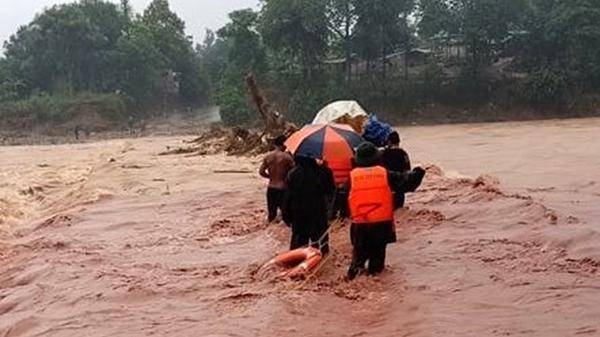 Liều mình đưa sản phụ trở dạ qua chiếc cầu ngập lũ ở Quảng Trị
