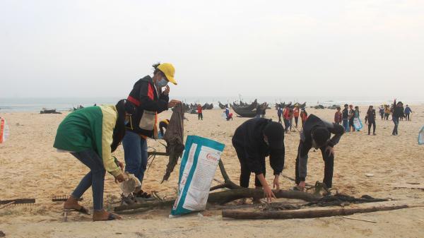 Ra quân làm sạch bãi biển Nhật Tân