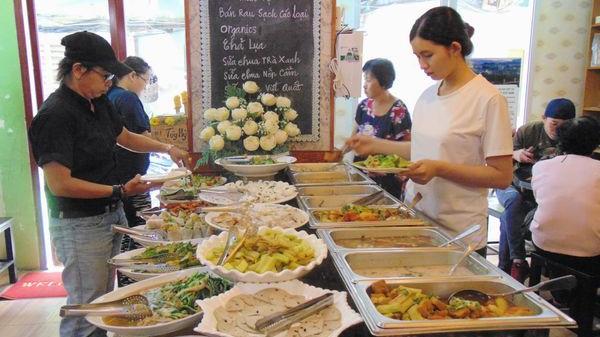 Độc đáo quán buffet chay tùy tâm giữa lòng Sài Gòn
