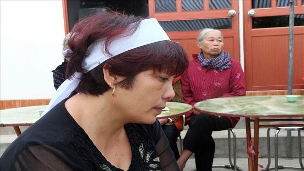 """Mẹ tiền vệ U23 Việt Nam đầu đội khăn trắng: """"Mong con hãy biến đau thương thành hành động để chiến thắng"""""""