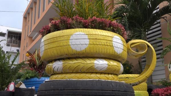 Độc đáo chậu hoa kiểng Tết được làm bằng vỏ xe ô tô cũ của người miền Tây