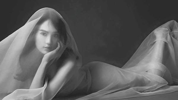 'Nóng bỏng mắt' trước loạt ảnh nude gợi cảm của Ngọc Trinh ngày đầu năm mới