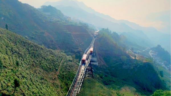 """Lào Cai: Trải nghiệm chuyến tàu tốc hành """"bay"""" trên thung lũng Mường Hoa"""