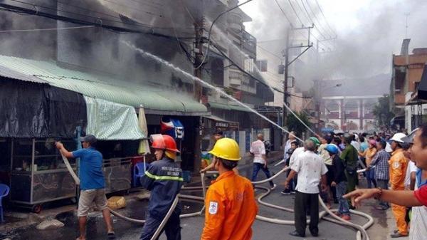 Cháy lớn gần Trung tâm thương mại ở TP Sóc Trăng gây thiệt hại nặng