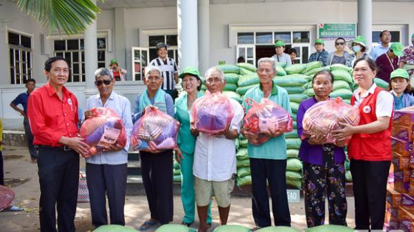 Tặng 300 phần quà cho hộ nghèo xã Liêu Tú (Trần Đề, Sóc Trăng)