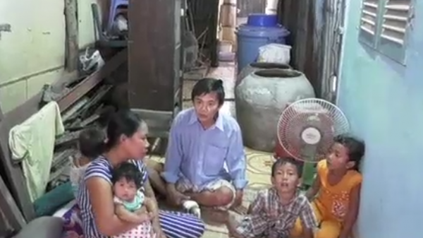 Sóc Trăng: Xót xa cảnh vợ đi c.ắt cỏ thuê nuôi chồng mất khả năng lao động và 4 con nhỏ