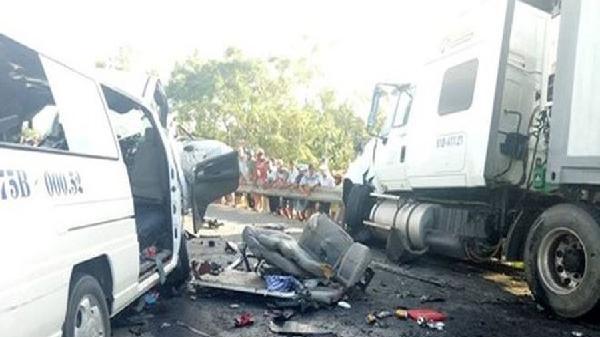 Sóc Trăng: Nổ lốp, xe container gây tai nạn liên hoàn khiến 12 người nhập viện