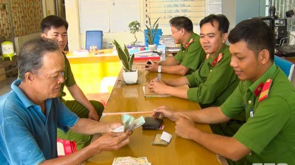 Sóc Trăng: Công an thị trấn Cù Lao Dung bàn giao ví tiền cho người bị đánh rơi