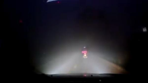 """Clip: Tài xế ô tô tốt bụng, chiếu đèn cho xe máy trong đêm mưa gây """"sốt"""" cộng đồng mạng"""