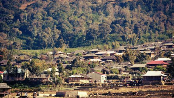 Lên Tây Bắc, ngỡ ngàng trước ngôi làng nghèo khó nhưng cả ngàn ngôi nhà được dựng từ gỗ... pơ-mu quý hiếm