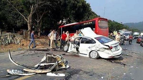 Xe khách và ô tô con đâm nhau kinh hoàng trên quốc lộ 6, 2 bố con bị thương nặng