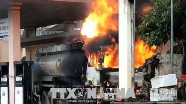 Sơn La: Xe bồn tiếp nhiên liệu bốc cháy dữ dội tại cây xăng
