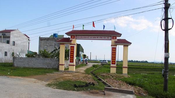 Bi hài nhìn cổng làng gần 80 triệu chắn giữa mương thủy lợi