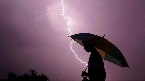Làm gì để tránh bị sét đánh khi trời mưa giông