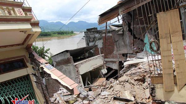 Hãi hùng nhà cao tầng bị xé toạc, sập xuống sông Đà