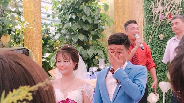 Hình ảnh khiến nhiều người bật cười: Chú rể xúc động rưng rưng lệ, cô dâu cười tươi như hoa trong đám cưới