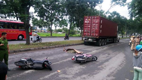 Bị container tông chết trên đường về quê ra mắt gia đình, chàng trai ôm thi thể người yêu khóc ngây dại