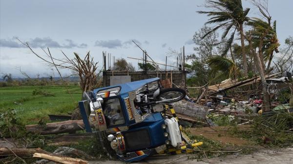 """Cảnh tượng """"tận thế"""" khi siêu bão Mangkhut càn quét Philippines"""