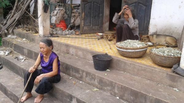 """Cảm động cụ bà Ninh Bình chấp nhận """"ở không"""" chăm chị gái mù 91 tuổi"""