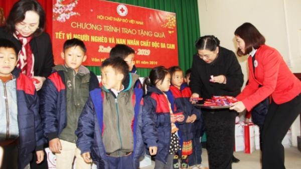 Phó Chủ tịch Quốc hội Tòng Thị Phóng tặng quà Tết cho người nghèo tỉnh Sơn La