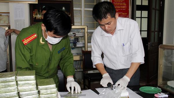 Hai thanh niên Sơn La bị bắt giữ khi đang vận chuyển 15 bánh heroin