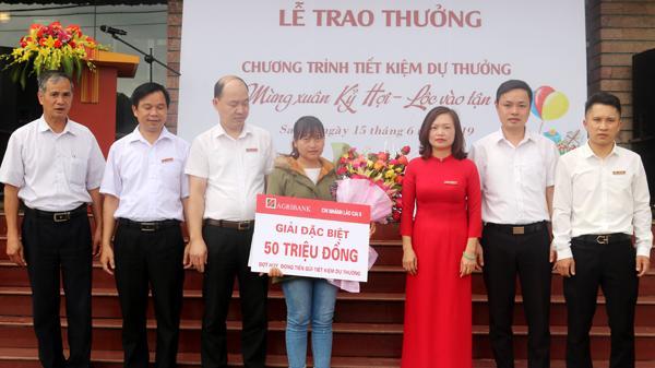 Khách hàng ở Sa Pa (Lào Cai) trúng Giải Đặc biệt trị giá 50 triệu đồng của Agribank Chi nhánh Lào Cai II