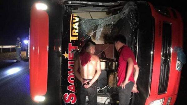 Xe khách lật trên cao tốc Nội Bài - Lào Cai sau va chạm, 3 người bị thương