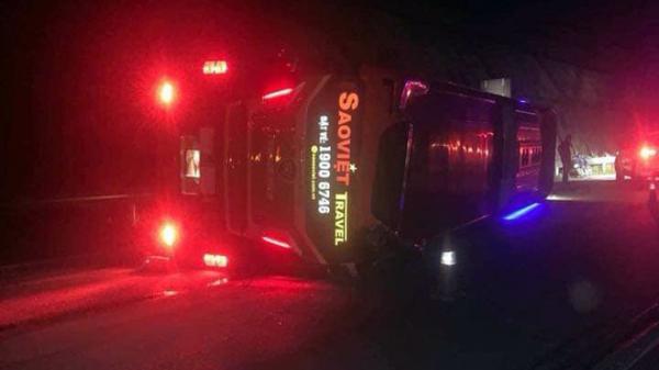 Xe khách lật nhào trên cao tốc Nội Bài - Lào Cai sau va chạm, 3 người bị thương