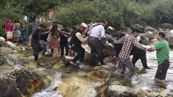 Xe buýt rơi xuống hẻm núi khiến 44 người thiệt mạng