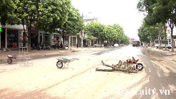 """Bức xúc vì bụi bẩn """"tra tấ.n"""", dân Lào Cai dùng vật dụng chặn đường xe tải"""